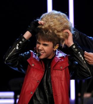 Justin Bieber: después del 'bigote' se pone peluca... para la televisión Alemana