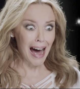 Kylie Minogue descubre aterrorizada a su imitador más loco gracias a XBOX