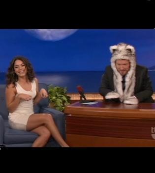 Vanessa Hudgens presume de gorro con orejas peludo en el show de Conan O'Brien