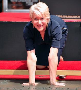 Helen Mirren deja su huella en el Teatro Chino de Los Ángeles