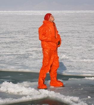 Harry de Inglaterra se sumerge en aguas heladas
