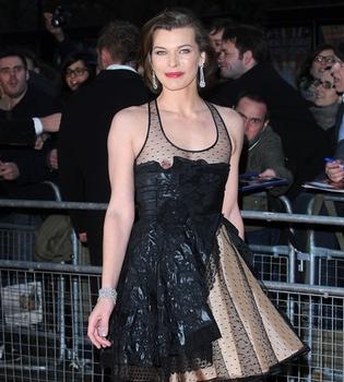 El descuido de Milla Jovovich: enseña un pecho