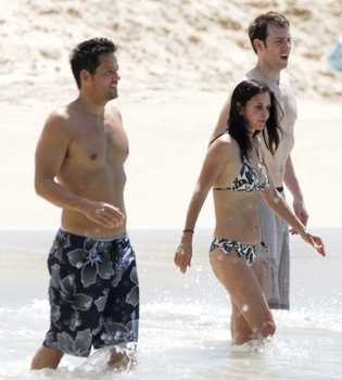 Divertido día de playa de Courteney Cox y Josh Hopkins