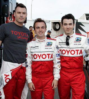Brian Austin Green y Kevin Jonas, pilotos por una buena causa