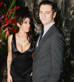Amy Winehouse quiere casarse con Reg Traviss y ser madre antes de 2012