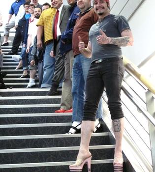 Los hombres se calzan tacón para protestar por la violencia de género