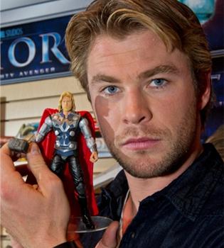 Chris Hemsworth se convierte en el muñeco 'Thor'