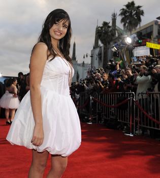 Rebecca Black eclipsa al elenco de 'Prom' durante la premier en Los Ángeles