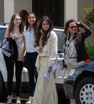 Vanessa Hudgens, Pascua con su  familia...¿y su nuevo novio, Josh Hutcherson?