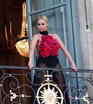 Beyoncé posa de lo más elegante en París