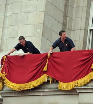 El balcón Real, preparado para recibir al príncipe Guillermo y Kate Middleton