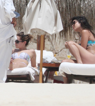 Vanessa Hudgens y Ashley Tisdale, días de relax en la playa