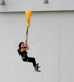 Katy Perry suelta adrenalina haciendo puenting