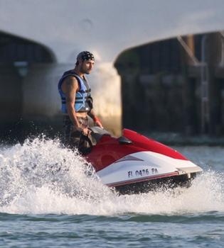 Eduardo Cruz disfruta en una moto acuática sin Eva Longoria