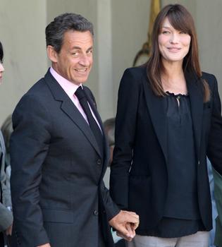 Carla Bruni ya luce barriguita... ¿de embarazada?
