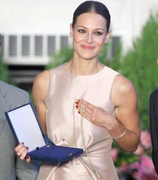 La modelo Eva González premiada en su ciudad natal, Sevilla
