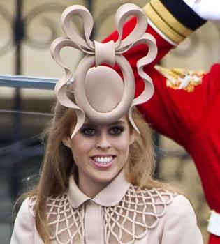 La venta del sombrero de la princesa Beatriz da 92.000 euros a caridad