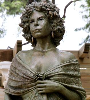 La Duquesa de Alba inaugura su figura de bronce en Sevilla