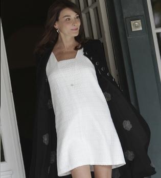 Carla Bruni ya luce ropa premamá que deja ver su tripita de embarazada