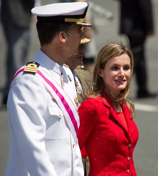 La princesa Letizia luce un traje rojo el Día de las Fuerzas Armadas