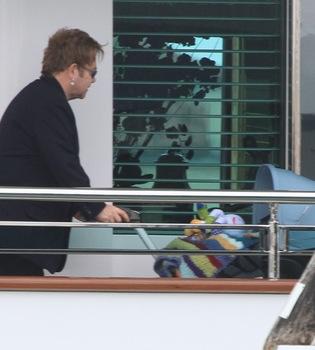 Elton John y David Furnish disfrutan de Venecia con el pequeño Zachary