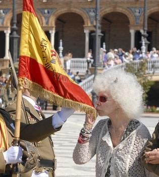 La Duquesa de Alba jura la bandera española junto a su prometido Alfonso Díez