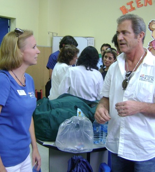 Mel Gibson visita por sorpresa un hospital de Guatemala