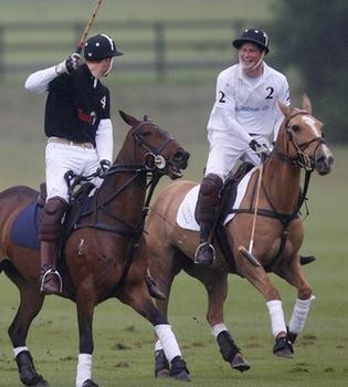 Guillermo y Harry de Inglaterra, rivales en un partido de polo
