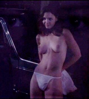 Salen a la luz imágenes de Katie Holmes en topless en 'The Gift'