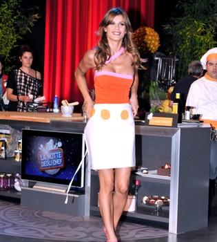 Elisabetta Canalis demuestra su arte para cocinar en la tele