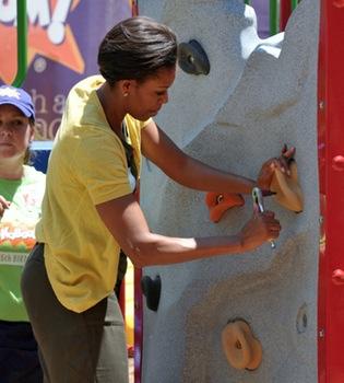Michelle Obama lucha contra la obesidad haciendo bricolaje