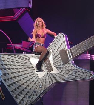 Lo más impactante del concierto de Britney Spears en Sacramento: cabalgando sobre una guitarra