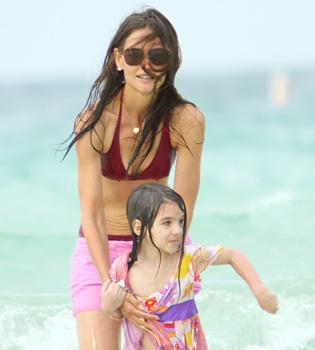 Katie Holmes y Surie Cruise disfrutan de un día madre-hija en la playa