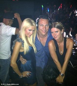 Paris Hilton olvida su ruptura con Cy Waits de fiesta