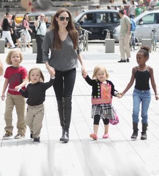 Angelina Jolie se atreve a llevar sola a su tropa de hijos al acuario de Londres