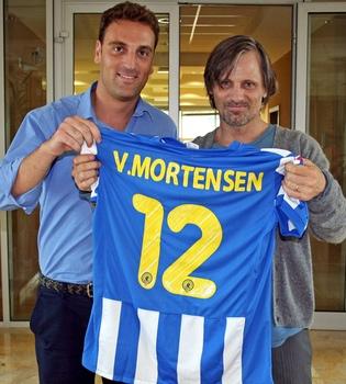 El Hércules regala su camiseta a Viggo Mortensen en Alicante