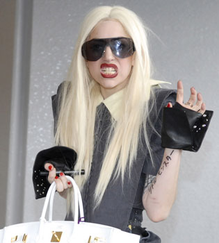 Lady Gaga se cae en el amor y en el escenario
