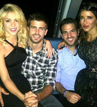Piqué desmiente su infidelidad a Shakira con Bar Refaeli con una foto en Twitter