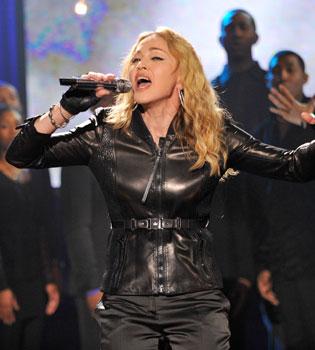 Madonna se desnuda en sus conciertos: primero enseñó un pecho y ahora el tanga