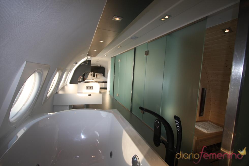 Vliegtuigsuite, sauna y duchas