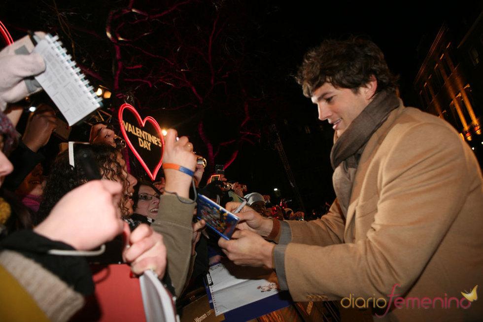 Ashton Kutcher firmando autógrafos - Historias de San Valentín