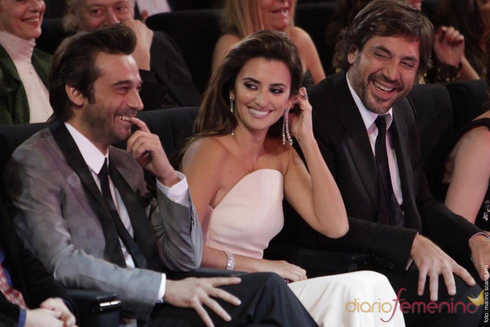 Penélope Cruz y Javier Bardem, sonrientes en los Goya 2010