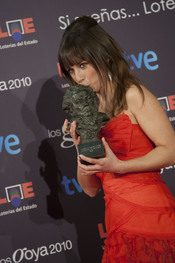 Marta Etura besa su Goya 2010