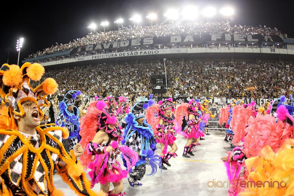 Carnaval Brasil 2010: Escuela  Gavioes, explosión de color