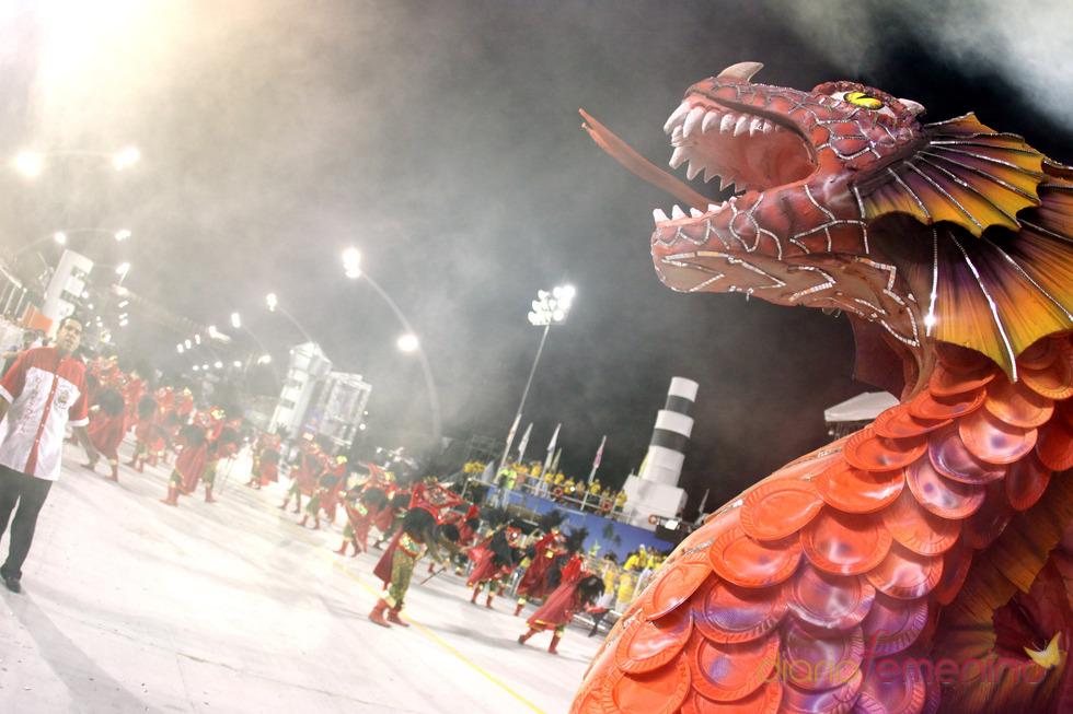 Carnaval Brasil 2010: Escuela Dragoes, caldeando el ambiente