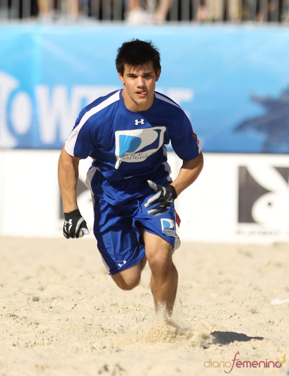 Taylor Lautner en la Beach Bowl 2010