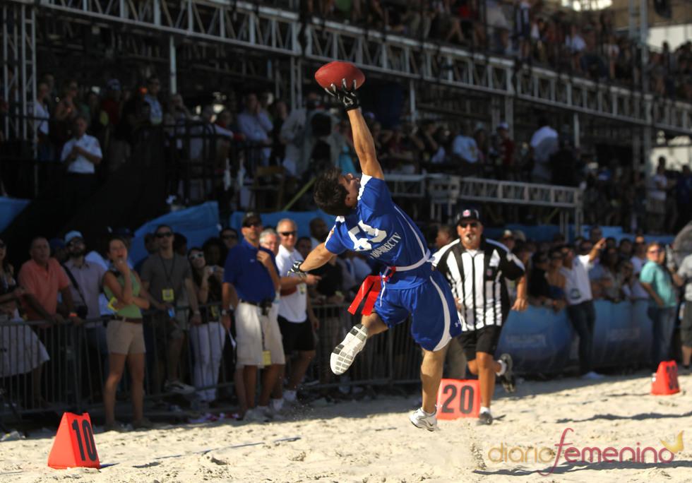 Taylor Lautner atrapa el balón
