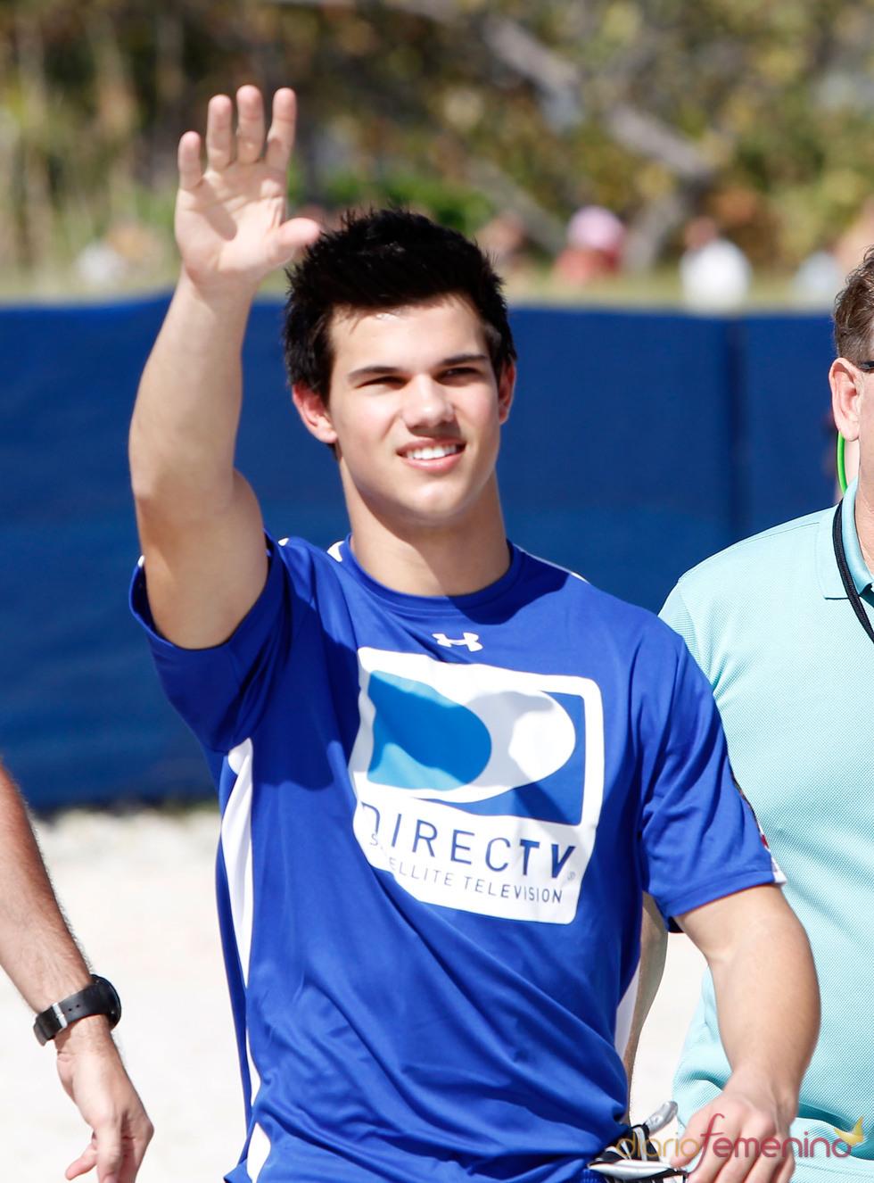 Taylor Lautner saluda en la Beach Bowl