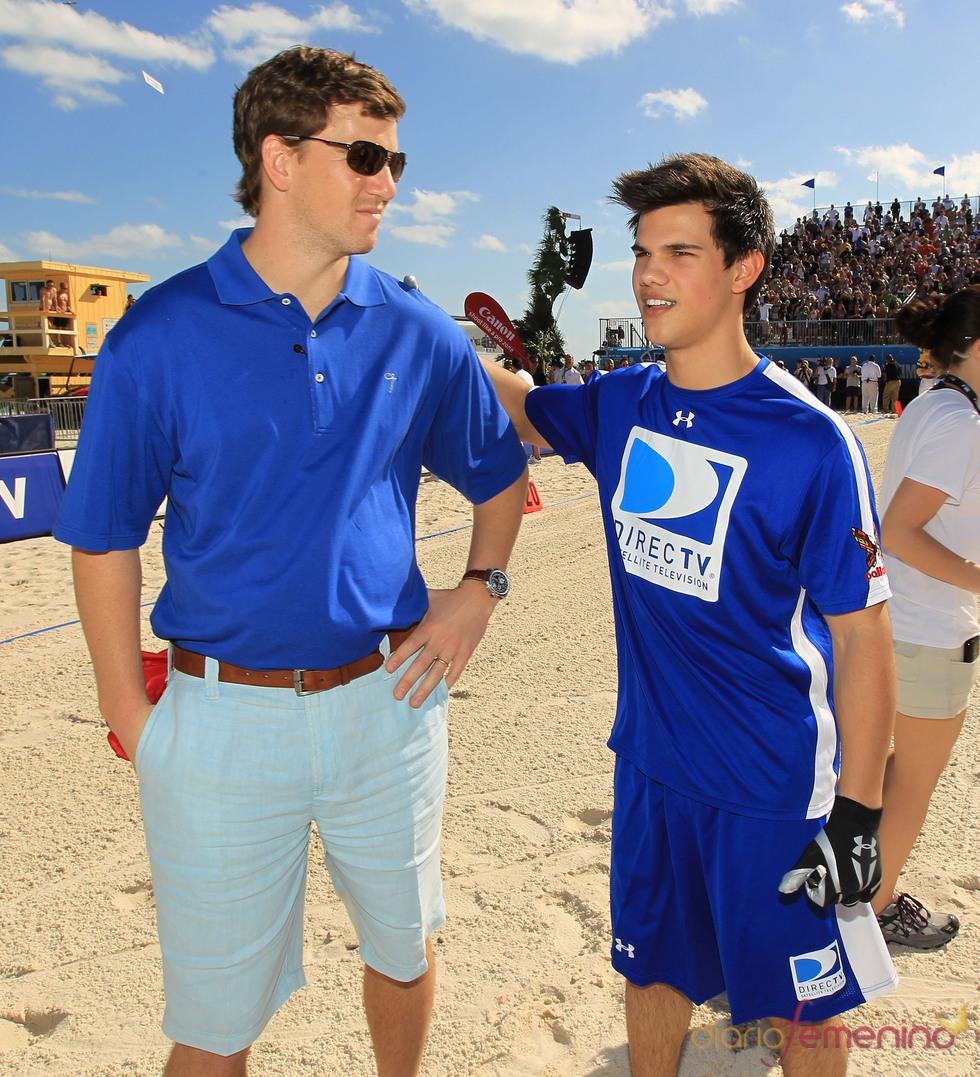Eli Manning y Taylor Lautner en la Beach Bowl 2010