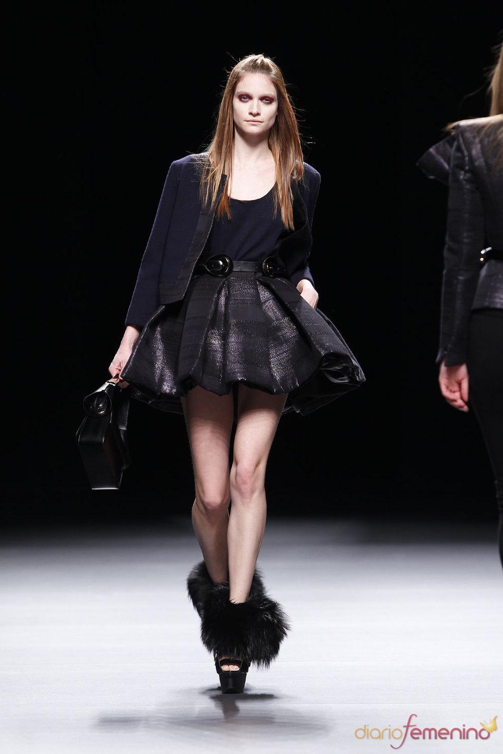 Combinación con falda corta de Juanjo Oliva